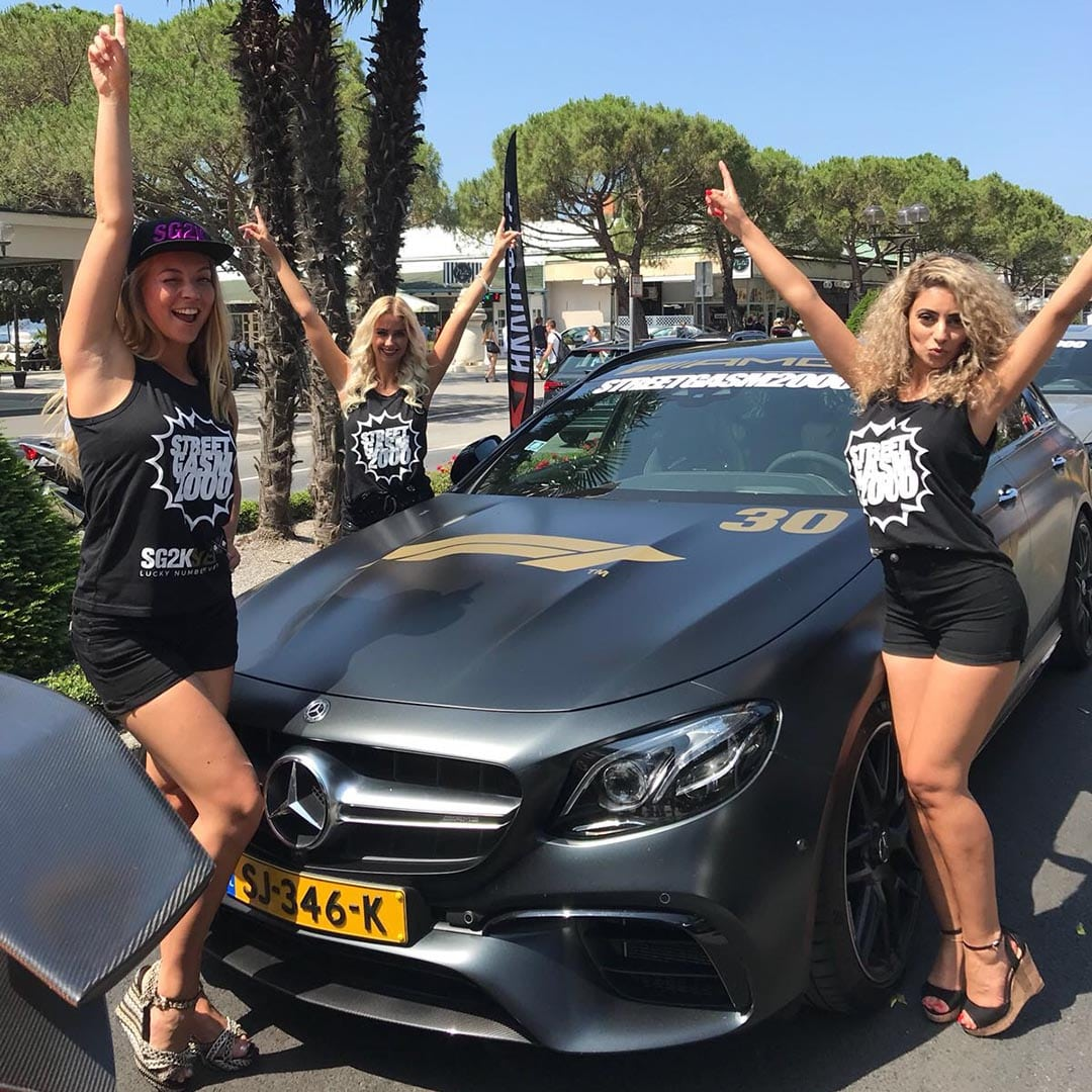 hostessen met mercedes bij de start